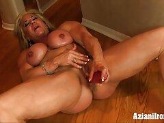 Capezzoli giovane big-tittied avvitando se stessa con un vibratore video porno sesso anale