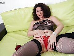 La donna dai capelli rossi lascia il pollo su un letto di larghezza video hard anale rossa