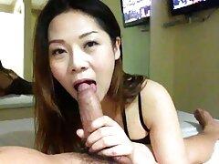 Puttana giocosamente video amatoriale sesso anale succhiare il pene dell'uomo e si masturba con la mano