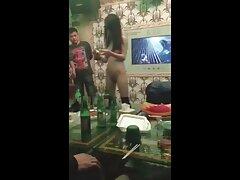 Gettando bastone abbronzato sulla film porno sesso anale sedia e sul pavimento