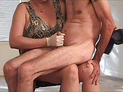Due persone sul letto avvitando un matrimonio di amici video sesso anale mature