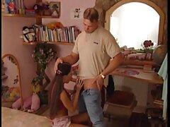 Bella Bruna dando fino a un sesso anale video amatoriale uomo su un divano